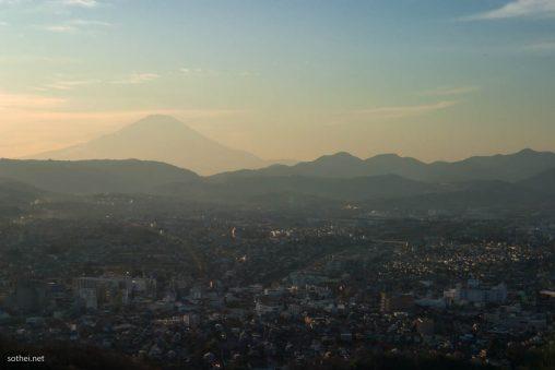 富士山と街