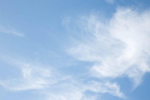 強風の日の薄雲