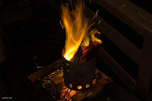 炭を燃やす