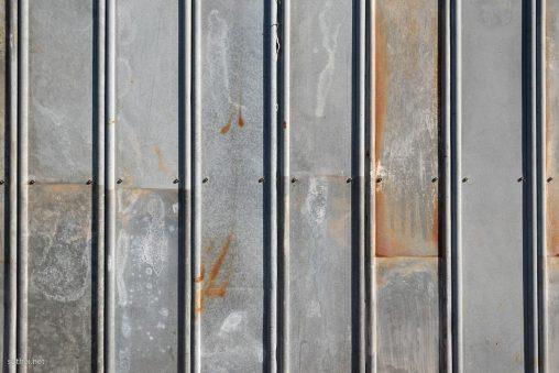 工事中の鉄の壁