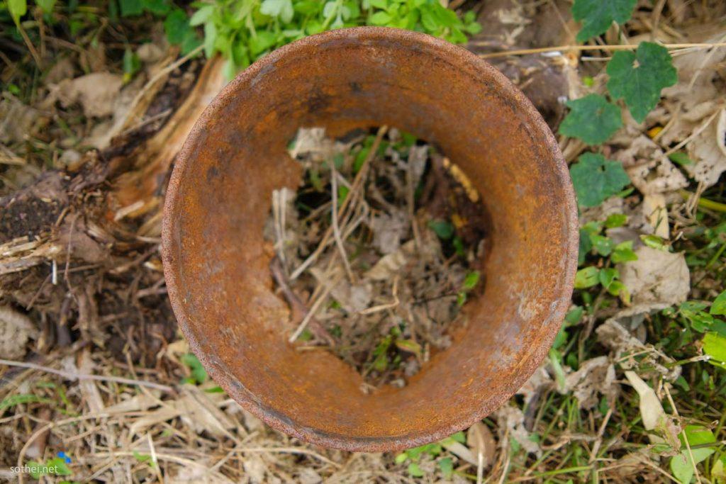 穴の開いた錆びたバケツ