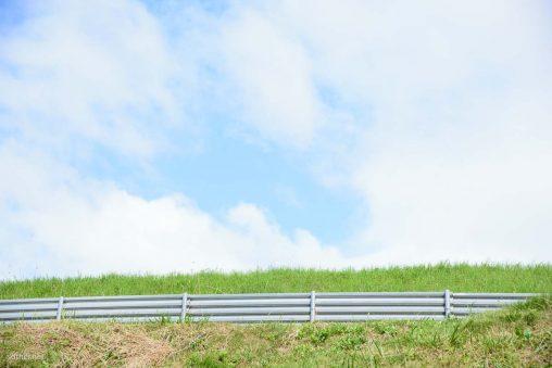 高台の畑と青空