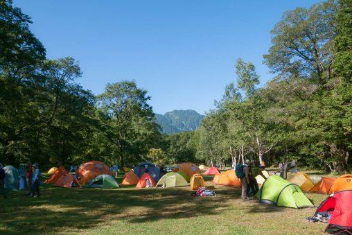 夏のキャンプ場のテント