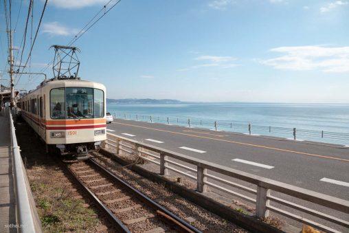 江ノ島電鉄1000形と海