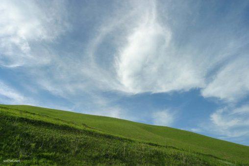 夏空と草原