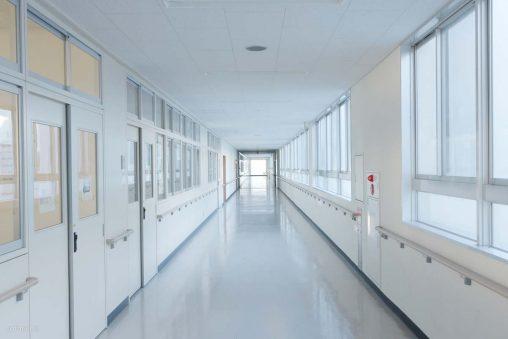 学校の長い廊下