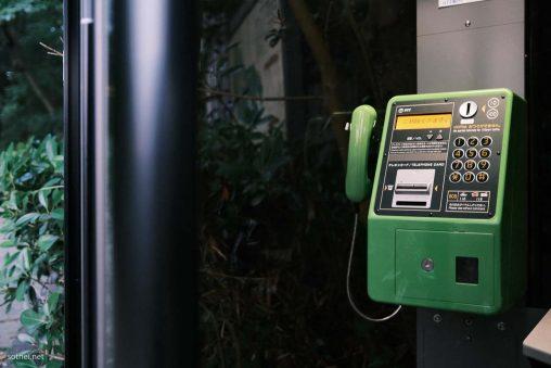 電話ボックスの公衆電話