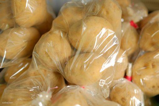 ジャガイモの袋詰め