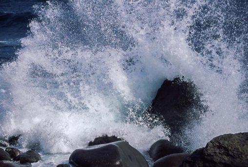岩に打ちつける大波