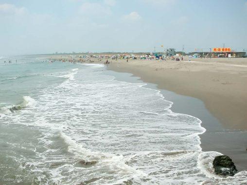 海の家と浜辺と海