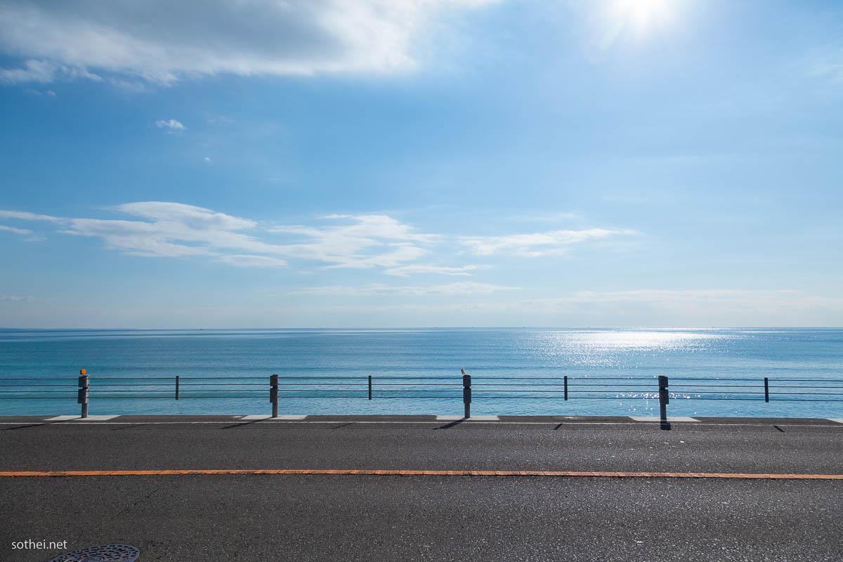 太陽と海と道路