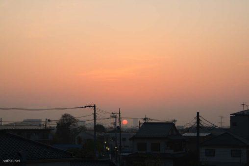 住宅街の朝日