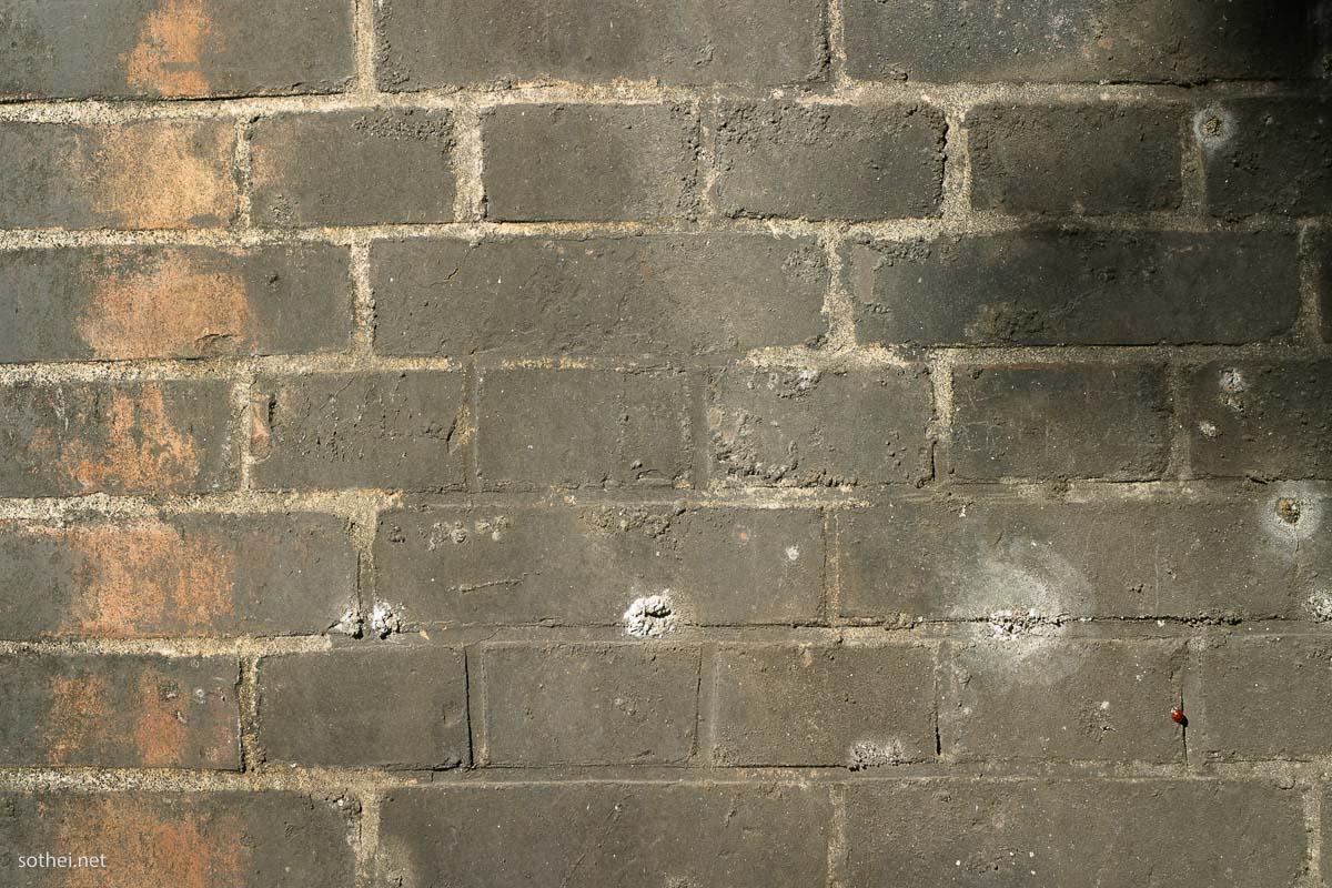 古い煉瓦壁、すすで灰色になったレンガ